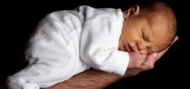 Neonato che dorme affetto da disturbo del sonno